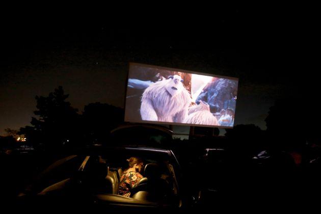 Une projection de cinéma dans un drive-in au Brésil, le 13 mai