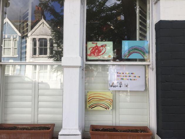 Des exemples de dessins exposés aux fenêtres en hommage aux éboueurs et services...