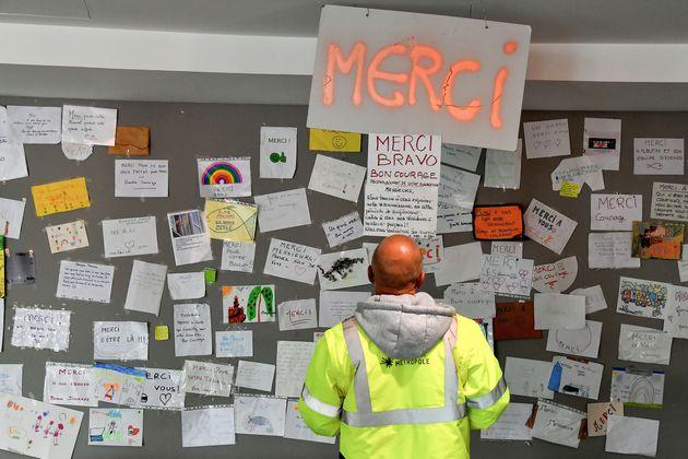 Les éboueurs affichent sur le mur dudépôt d'Eysines les messages de soutien...