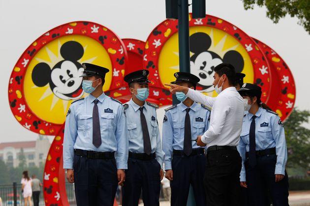 Seguranças trabalham na reabertura da Disney em Shanghai no último dia 11 de