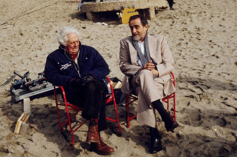 1990 ROMA, SPIAGGIA DI OSTIA, DINO RISI CON VITTORIO GASSMAN SUL SET DEL FILM TOLGO IL