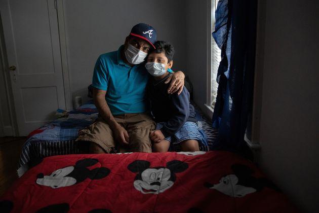 自宅で自主隔離を続ける夫のマービンさんと息子のジュニアさん。2人もまた、新型コロナウイルスに感染していた