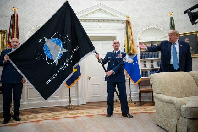 O Τραμπ ανακοίνωσε «σούπερ ντούπερ» πύραυλο στην παρουσίαση της σημαίας της Διαστημικής Δύναμης των