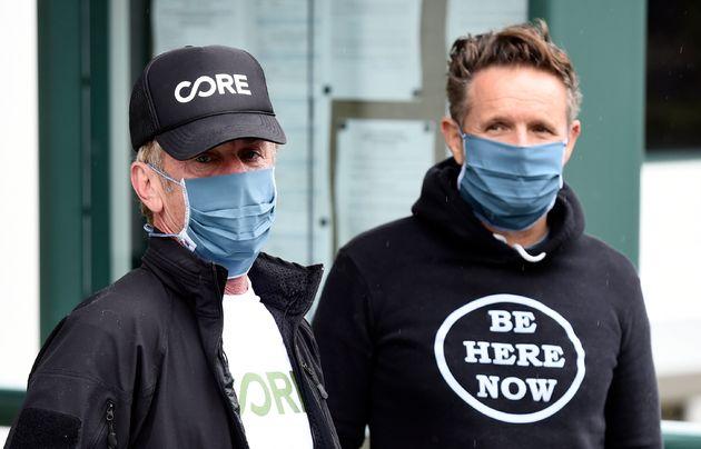 En esta foto del 9 de abril de 2020, el actor Sean Penn, izquierda, fundador de la organización sin ánimo...