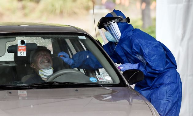 En esta foto del 9 de abril del 2020, un trabajador de la salud realiza una prueba de coronavirus en...