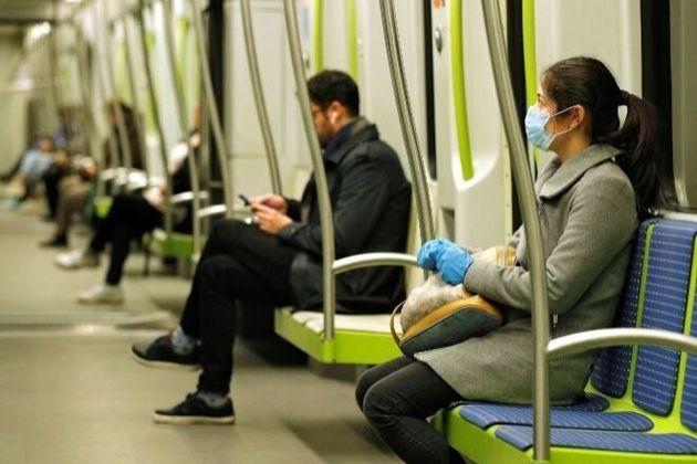 Personas viajando en transporte público con