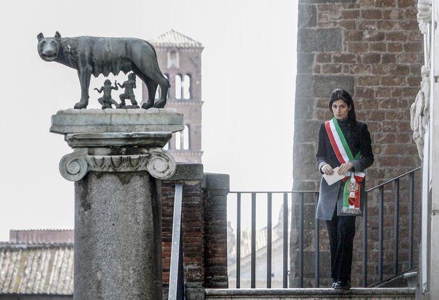 M5S Roma vuole ricandidare Virginia Raggi. Crimi apre, Lombardi