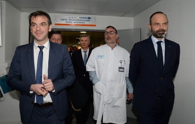 Édouard Philippe et Olivier lors d'une visite le 2 mars 2020 à l'hôpital de Bordeaux. Le gouvernement...