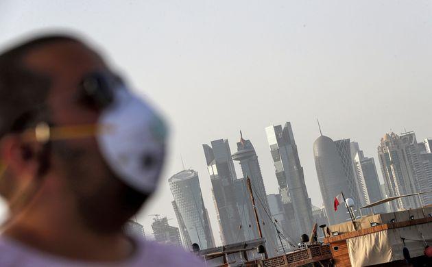 Au Qatar, trois ans de prison pour non-port du masque (photo prétexte d'un homme portant un masque...