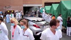 La premier del Belgio visita l'ospedale, medici e infermieri si voltano per