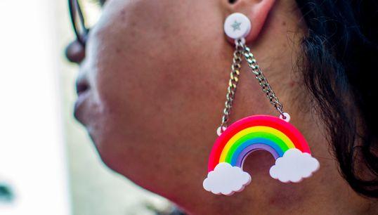 Como identificar e denunciar LGBTfobia à distância durante a