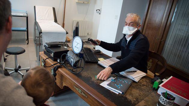 Les médecins libéraux (ici le 4 mars à Crac'h, dans le Morbihan) vont recevoir une aide de leur caisse...