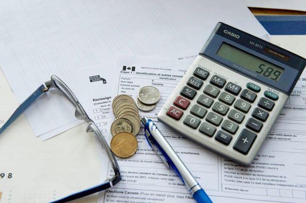 Gros plan du formulaire de déclaration de revenus de l'Agence du revenu du Canada (ARC) et de Revenu...