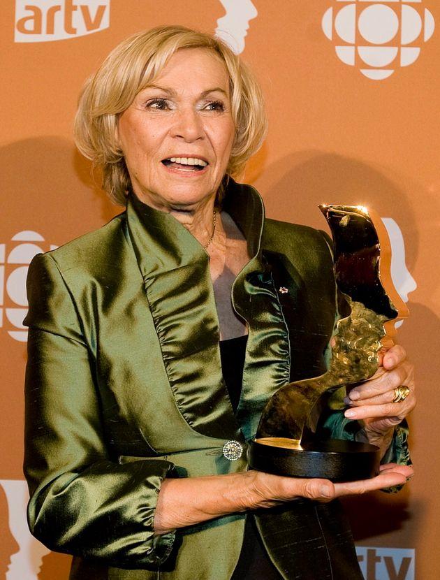 Monique Mercure tient son prix Gémeaux de la meilleure actrice pour l'émission de télévision «Providence»,...