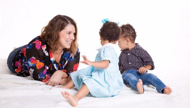 Gabriela brinca com seus filhos