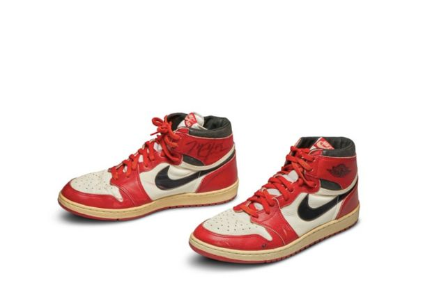 Cette paire de basket Air Jordan 1, portée par Michael Jordan et signée de sa main, s'est...