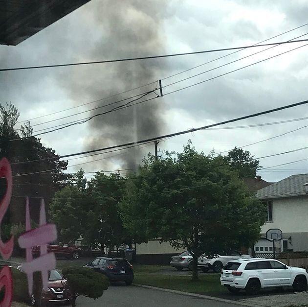 墜落の後、煙が立ち上った