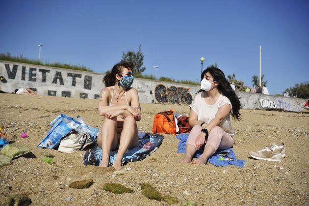 イタリア・リヴォルノ(5月17日)。海岸で日光浴をする女性たち。