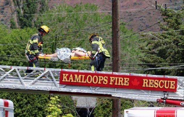 怪我人を運ぶ救急隊員