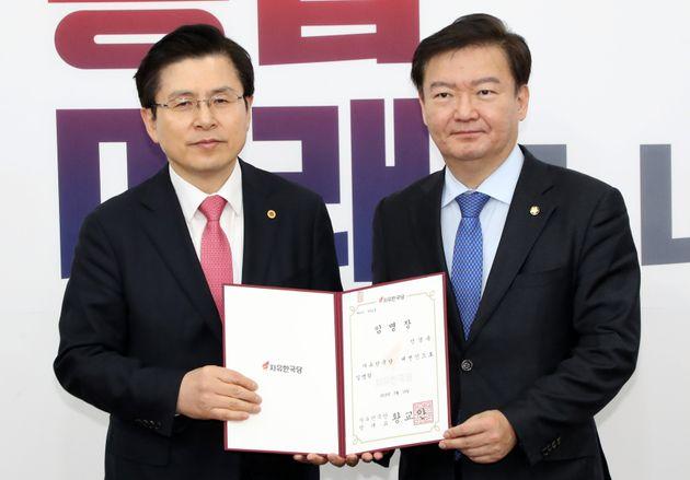 19년 3월 19일 황교안 자유한국당 대표가 민경욱 대변인에게 임명장을 전달하고 있는
