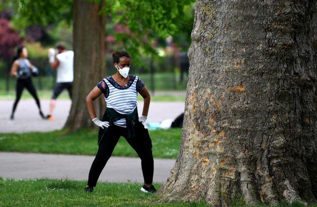 イギリス・ロンドン(5月16日)。公園での運動中もマスクをつけている人。