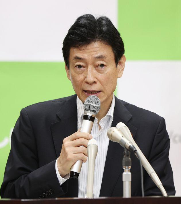 記者会見する西村康稔経済再生担当相=5月18日、東京都千代田区