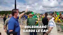 Jair Bolsonaro salue une manifestation de soutien au mépris des normes