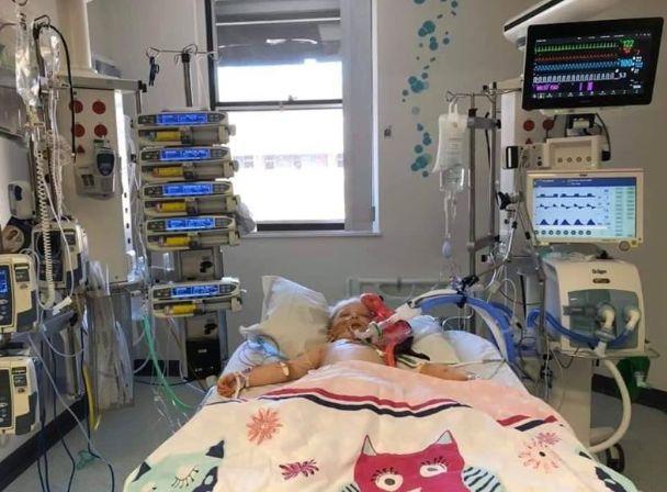 Papà fotografa la figlia di 5 anni con la sindrome di Kawasaki: