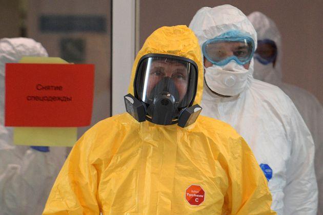 Le Président russe Vladimir Poutine portant une combinaison de protection visite un hôpital où sont traités...