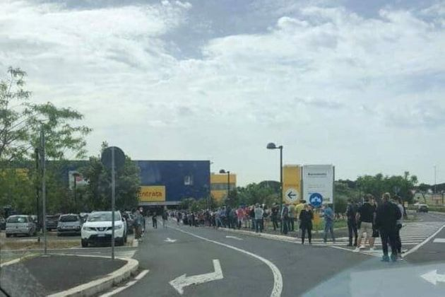 L'Ikea riparte. File chilometriche di fronte allo store