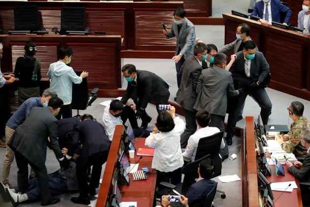 Απίστευτες σκηνές στο Κοινοβούλιο του Χονγκ Κονγκ: Ηρθαν στα χέρια βουλευτές με