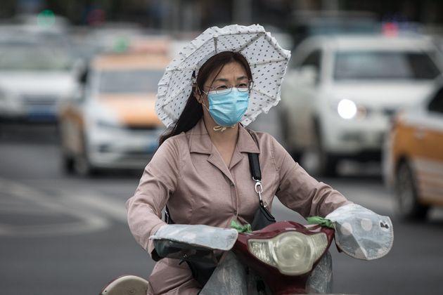 Una mujer monta en bicicleta en Wuhan el 11 de mayo de 2020 (Getty