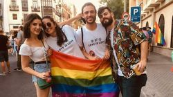 Un joven, increpado durante una cacerolada por llevar una bandera LGTBI:
