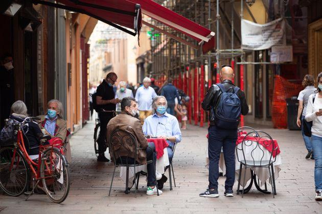 Η Ιταλία ανασαίνει ξανά: Καταστήματα και μπαρ άνοιξαν μετά από 10