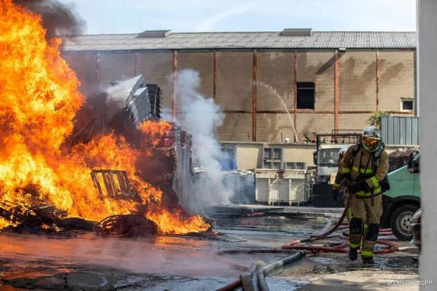 À proximité de la première usine de masques d'Île-de-France, un impressionnant incendie a nécessité la...