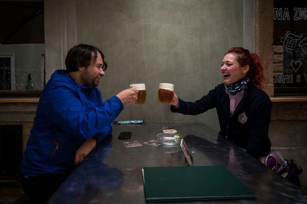 Una pareja bebe cerveza en un pub de Praga. Desde el 11 de mayo, el Gobierno checo autoriza la apertura...
