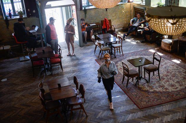 La cafetería HEVRE en Cracovia (Polonia). Desde el 18 de mayo, con el comienzo de la tercera fase...