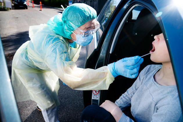 Une personne est testée dans une installation à l'hôpital Holbaek, au Danemark (photo