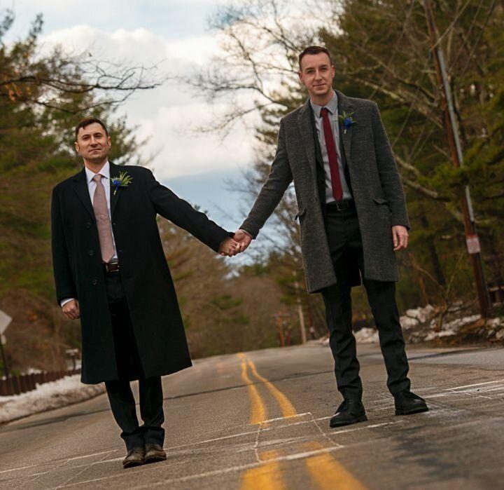 Robert W. Fieseler (à esquerda) e Ryan Leitner atravessam a rua em Walden Pond, na cidade de Concord, Massachusetts, no dia de seu casamento, 24 de março de 2018.