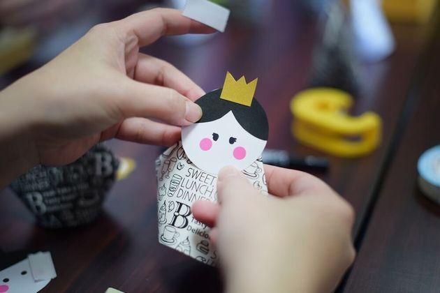 2月の開催では、紙コップでお雛さま作りをした。