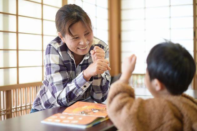 ボランティアの看護師と遊ぶ男の子は、最近保育園で覚えた遊びを披露してくれた。