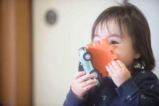 少しの間でも親と離れる機会が普段あまりない男の子は、慎重に遊んでいた。