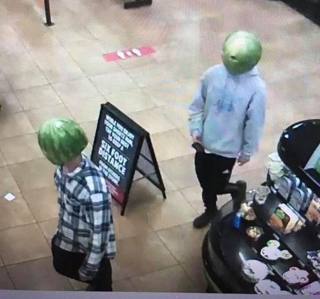 スイカの皮を被った強盗がコンビニを襲う。警察が写真を公開して捜査