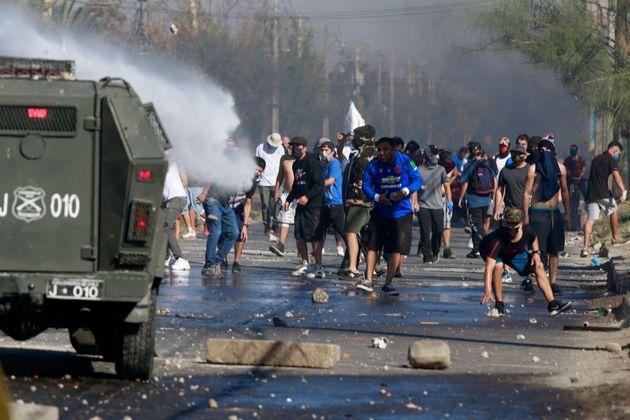 Χιλή: Αστυνομικοί κατά φτωχών διαδηλωτών - Το lockdown που έφερε
