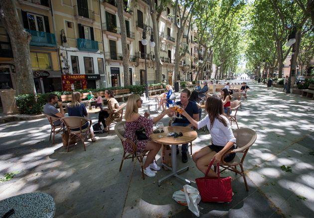 Πάλμα Ντε Μαγιόρκα, Ισπανία: Πολίτες απολαμβάνουν το ποτό τους σε μπαρ, μετά την άρση του lockdown.