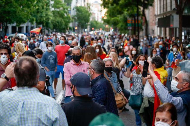 Una multitud de personas se manifesta en contra del Gobierno sin respetar la distancia de seguridad interpersonal....