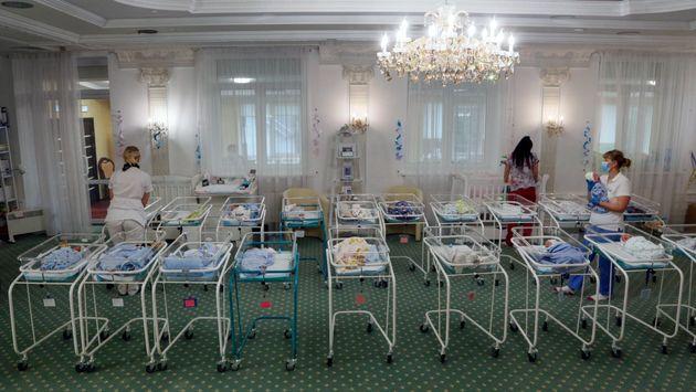 Η παράπλευρη απώλεια του κορονοϊού: Βρέφη που έμειναν μακριά από τους γονείς