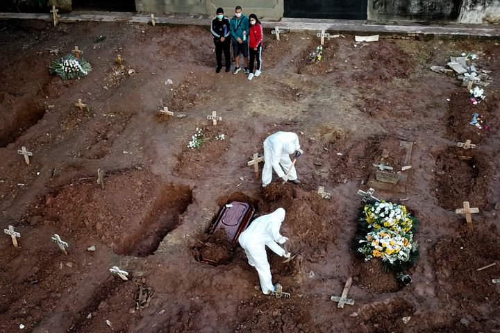 Un funeral en Brasil durante la pandemia.