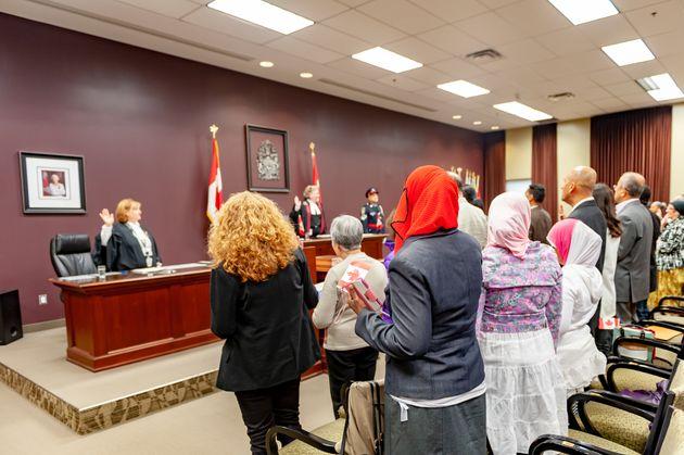 Le gouvernement du Canada a suspendu toutes les cérémonies de citoyenneté en raison...