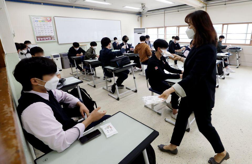 20일 오전 서울 시내의 한 고등학교 3학년 학생들이 교실에서 담임 선생님에게 방역 물품을 받고
